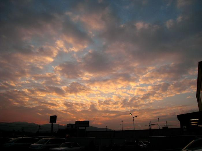 今日の日没前の空@関西スーパー屋上駐車場(by IXY DIGITAL 910IS)