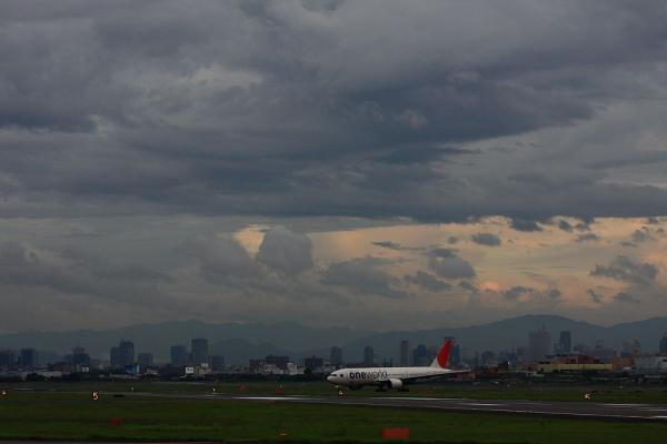 空港の空&JAL B777-246 JAL131@エアフロントオアシス(by 40D with EF100-400/4.5-5.6L IS)