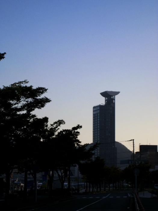早朝の門司港タワー@西海岸(by IXY DIGITAL 910IS)