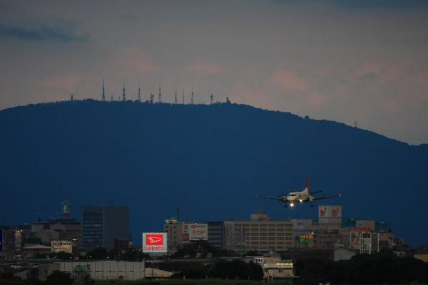 クッキリの生駒山&JAC SAAB340B JAC2324@RWY14Rエンド猪名川土手(by 40D with EF100-400/4.5-5.6L IS)
