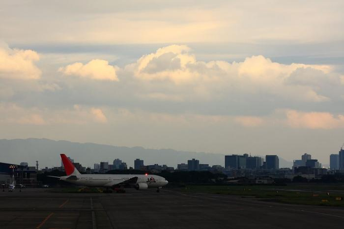 JAL B777-246 JAL128&南東の空@エアフロントオアシス(by 40D with EF100-400/4.5-5.6L IS)