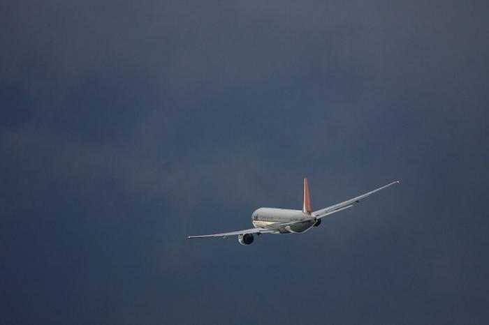 JAL B777-246 JAL128@エアフロントオアシス(by 40D with EF100-400/4.5-5.6L IS)