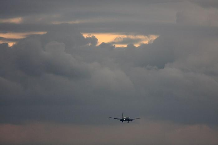 南東の空&ANA B777-281 ANA35@エアフロントオアシス(by 40D with EF100-400/4.5-5.6L IS)