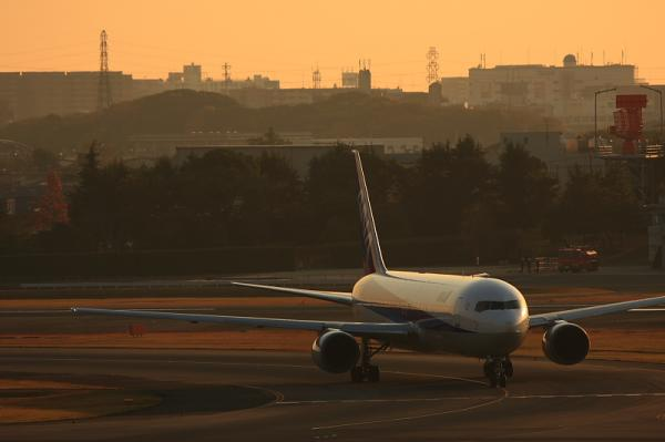 ANA B767-381 NH31@ラ・ソーラ(by 40D with EF100-400)