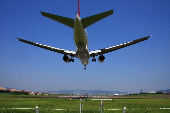 JAL B777-246 JAL111@千里川土手(by 40D with SIGMA 18-50/2.8EX)