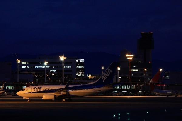 ANA B737-781@エアフロントオアシス(by 40D with EF100-400)