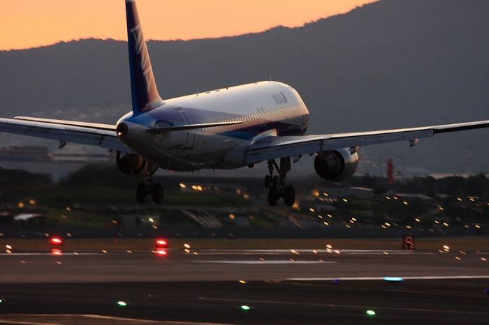 ANA A320-211 ANA508@千里川土手(by 40D with EF100-400/4.5-5.6L IS)