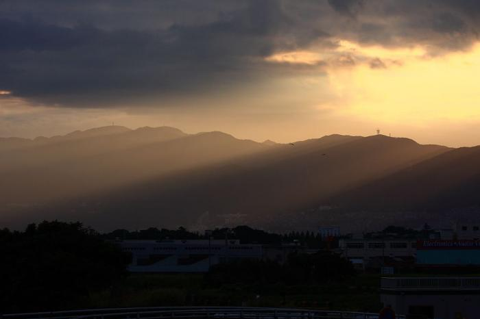 六甲山方面・夕陽の光芒@エアフロントオアシス(by 40D with EF100-400/4.5-5.6L IS)