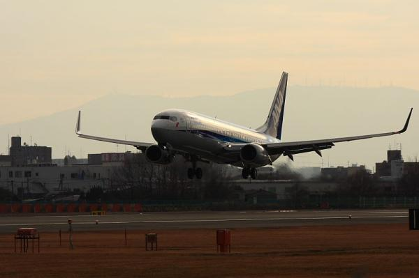ANA B737-881 NH162@原田(by 40D with EF100-400)