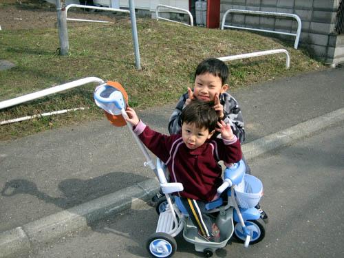 三輪車に乗るゆーくんとかーくん