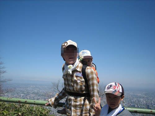 パパはゆーくんをおんぶして登りきったよ