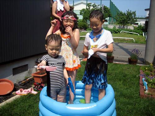 お庭で水遊び