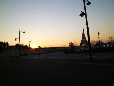 駅前から朝日をのぞむ。