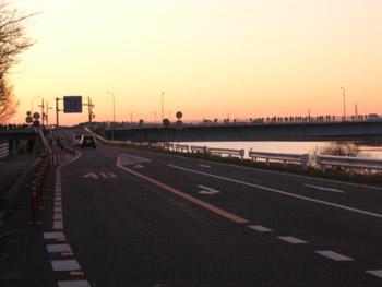 栄橋から初日の出を見る人たち」