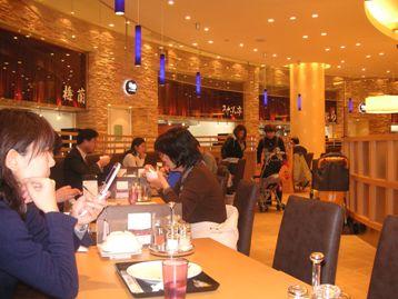 客席ゾーンの壁面に並ぶ各店のキッチン