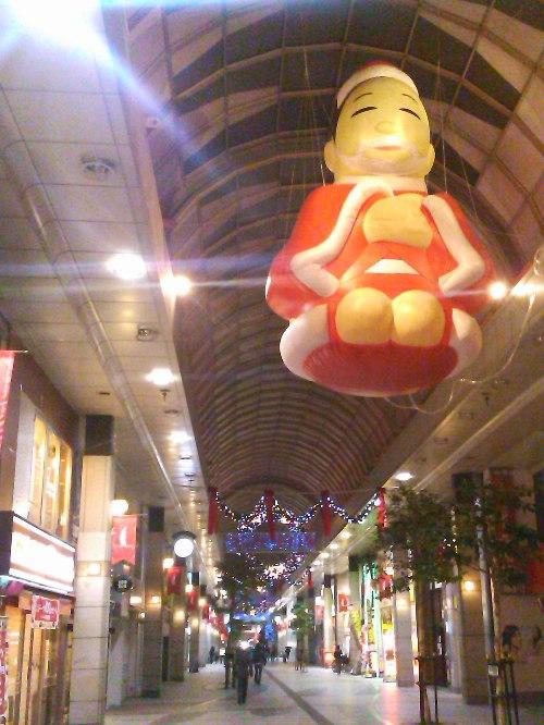 街はクリスマスムードに
