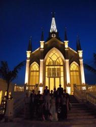 教会の前で
