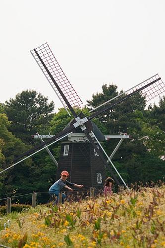 風車と子供たち