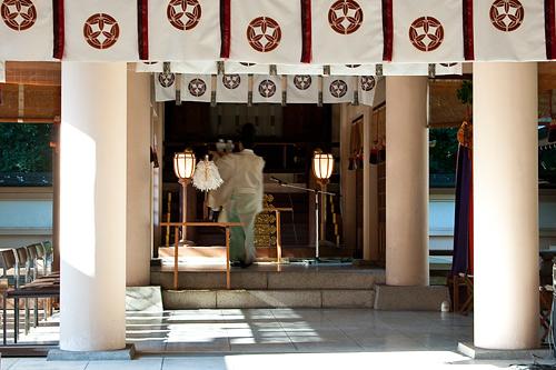 拝殿と神職