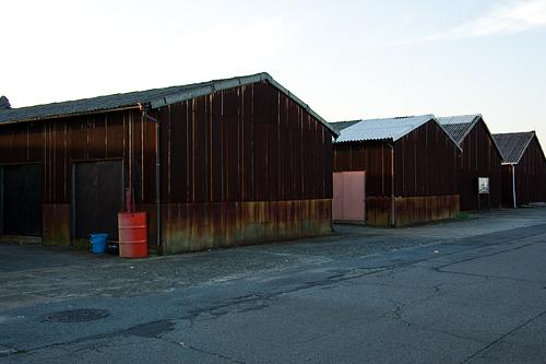 錆びたトタンの倉庫