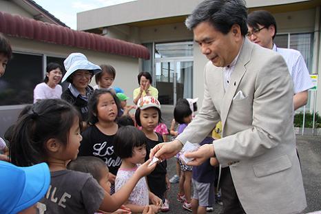 県知事と保育園児