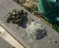新たな粘土に砂を混ぜる