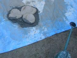 上部火室用粘土を砂と混ぜる