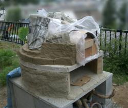 粘土を置きながらドーム製作