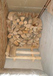 階段下に薪を積む