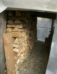 P下物置に薪を積み上げる