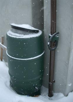 凍結した雨水タンク