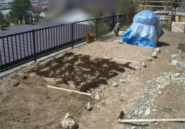 牛糞堆肥を畑に散布