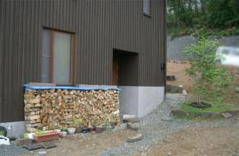 一階玄関脇の薪
