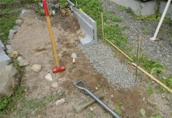 砂利を敷いて土留めを設置