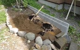 最初のうちは調子よく土を入れていた