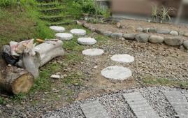 埋めた石と浮いた石