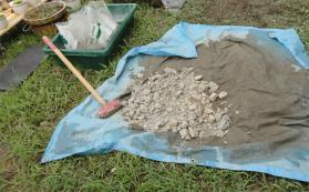 硬い粘土は砕いて使用