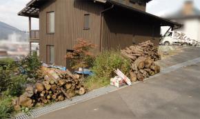 荷台から降ろした薪