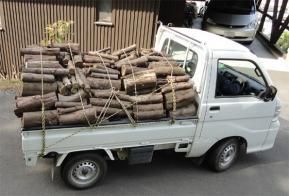 軽トラで薪が届いた