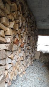 P下壁一面に薪を積む