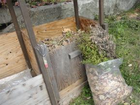 落ち葉や残骸などを投入