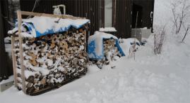 雪に埋もれる薪2