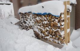 雪に埋もれる薪1