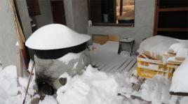 雪まみれの露天風呂デッキ