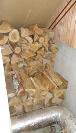 ストーブ裏の薪置き場に薪を移動