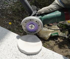 珪カル板をグラインダーでカット