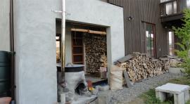 小割りにした薪を露天風呂横に積み上げたところ