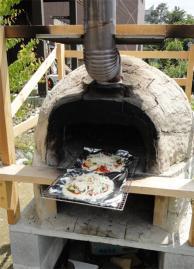 窯にピザを投入