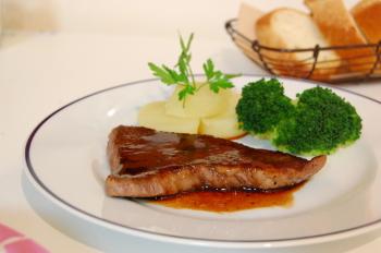 牛肉のステーキ赤ワインソース