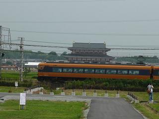 平城宮跡の中を電車が